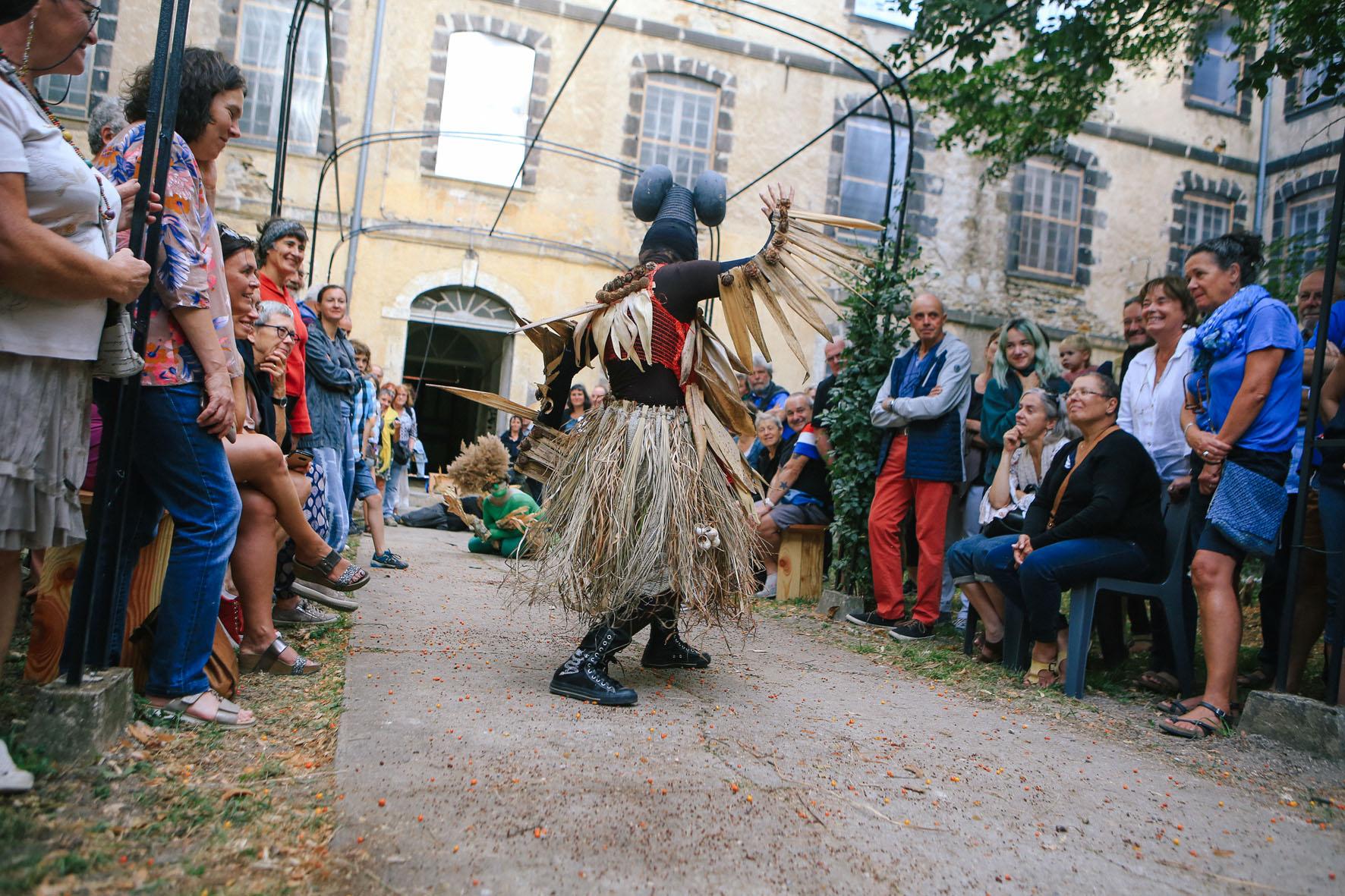 ©Nicolas Anglade. Performance «L'homme sauvage» réalisée avec les élèves du collège du Beffroi pour les JEP de septembre 2019. Cette création est réalisée dans le cadre de «Si t'es jardin», coordonné par Billom Communauté.
